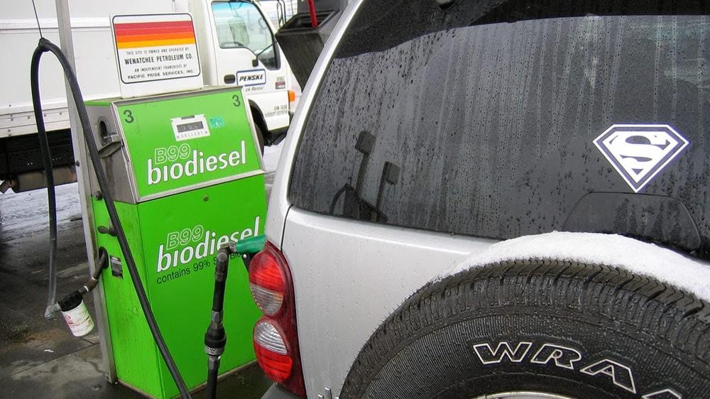 Echando Biodiesel en una camioneta