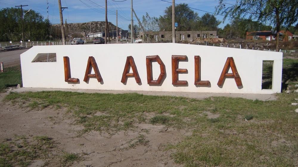La Adela, cartel de bienvenida
