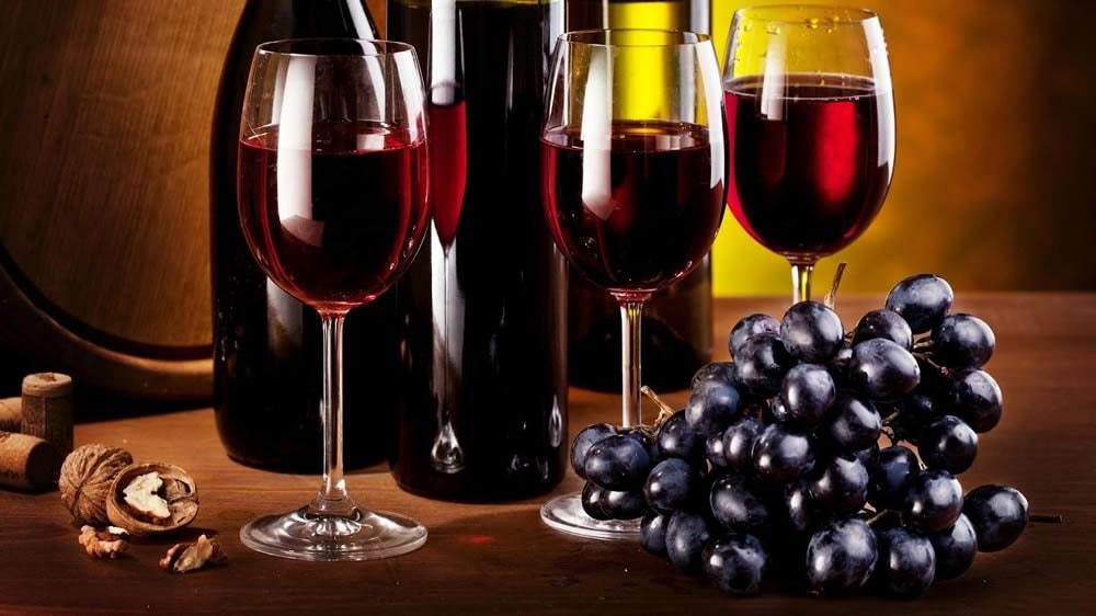 Botellas de vino tinto y uvas
