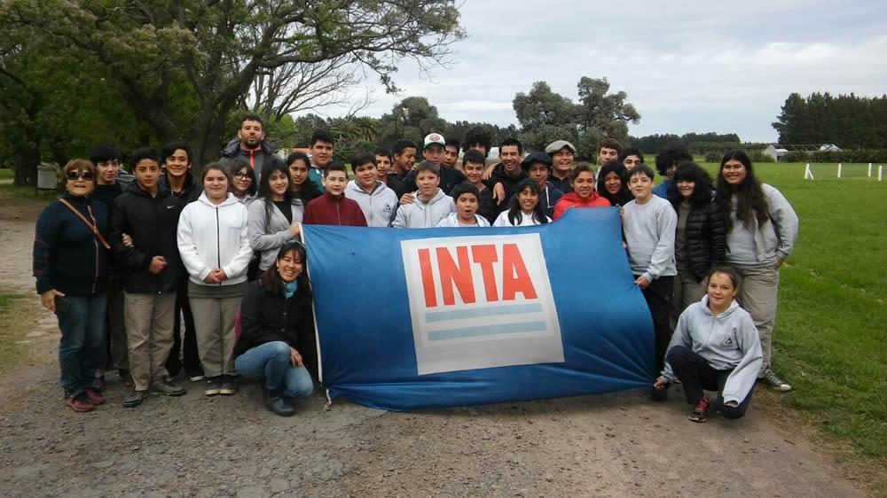 Chicos con la bandera del INTA
