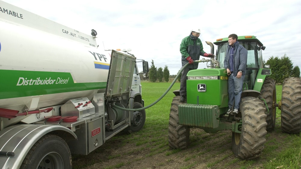 Despachando gasoil a tractor