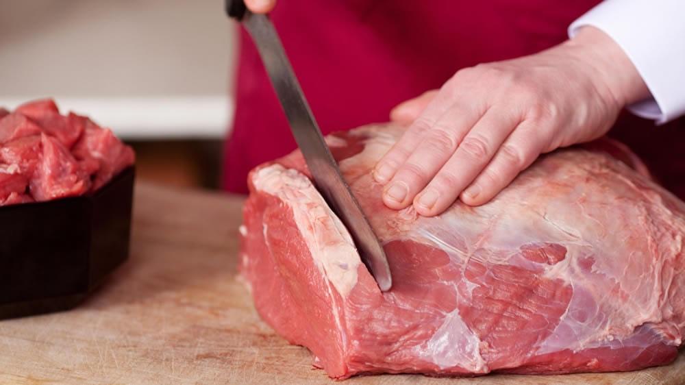 Cortando carne vacuna