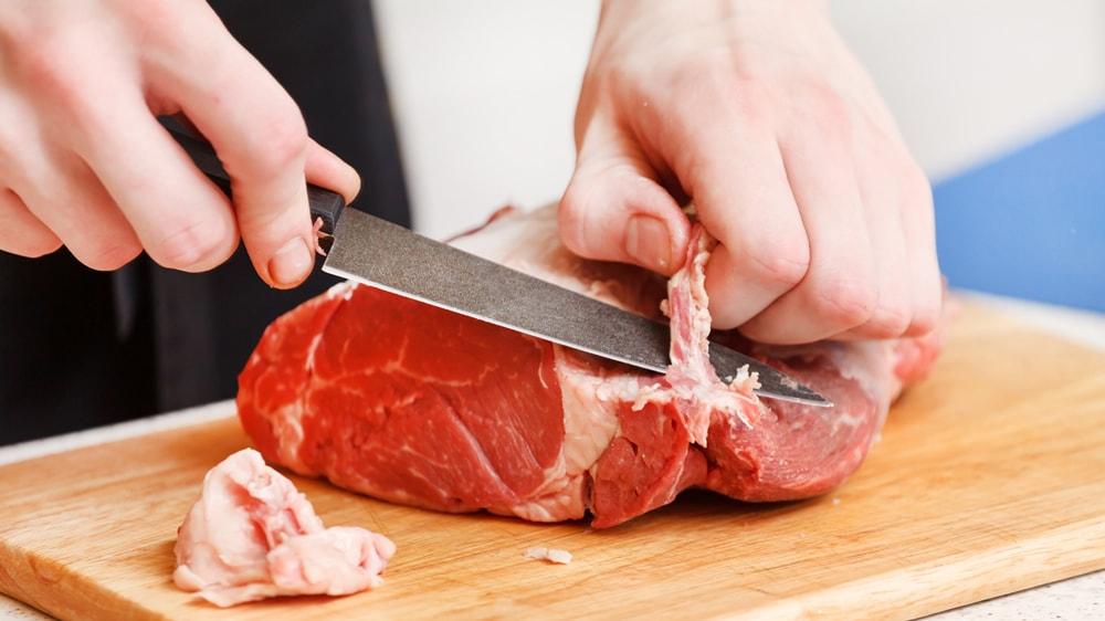 Cortando carne de vaca