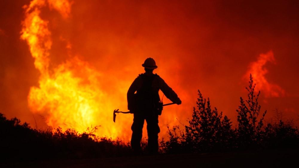 Bombero intentando apagar incendio en La Pampa