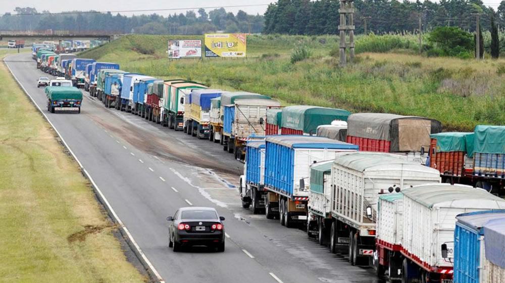Fila de camiones transportadores de granos